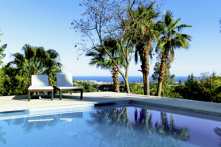 villas with pools in Spain