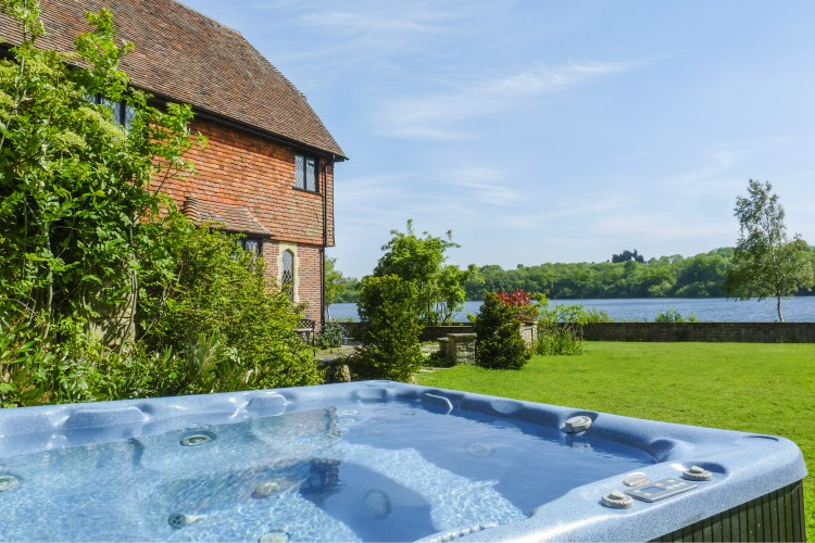Waterside-House-South-East-England-Olivers-Travels