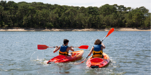 Kids kayaking in Aquitaine